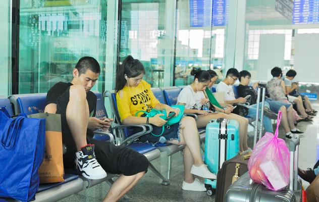 De nombreux Chinois(e)s sont accrocs à leurs téléphones portables... A la gare de Hefei (ANHUI) ©Michel AYMERICH