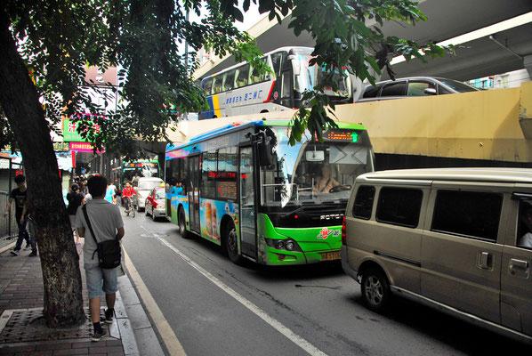 Les bus, nombreux, se suivent et les cars se superposent à Guangzhou  (GUANGDONG)  ©Michel AYMERICH