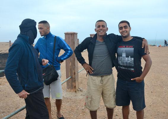 Rencontre avec des Français d'origine marocaine et un Marocain devant le  Trou du Diable, Akhfenir. ©Michel AYMERICH