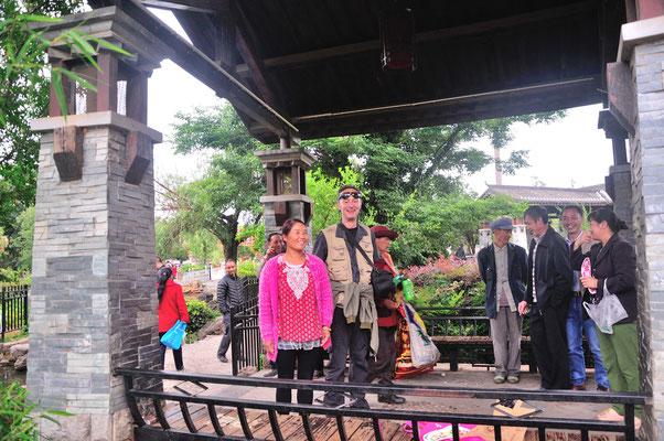 Cette femme mariée voulait se faire photographier avec moi.  Petit jardin populaire  à Kunming (Yunnan), Chine 2017 ©AYMERICH Michel