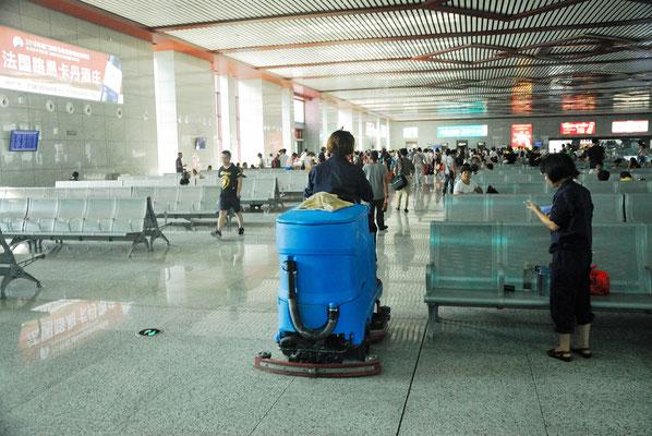 Il faut maintenir la propreté! Ici à la gare de Wuyishan (FUJIAN) ©Michel AYMERICH