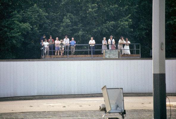 """Partie du """"mur"""" vue de l'Est, au niveau de la Porte de Brandebourg. De l'autre côté, des habitants de l'Ouest observent... © Michel Aymerich"""