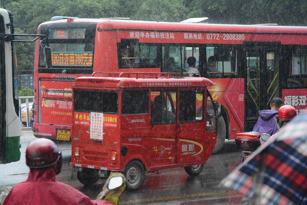 Déclinaison en rouge du même transport commode à Liuzhou  (région autonome Zhuang du Guangxi) ©Michel AYMERICH