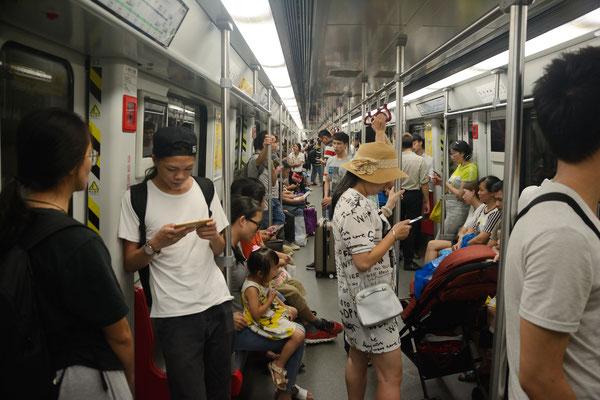L'intérieur du métro de Guanzhou  (GUANGDONG): 12,7 millions d'habitants! ©Michel AYMERICH