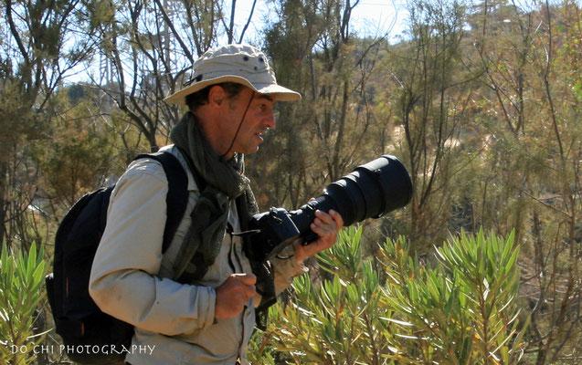 Moi même photographié par Do Chi près d'Essaouira cherchant un emplacement pour photographier des faucons d'Éléonore...