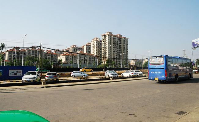 Les voitures particulières ne sont pas nombreuses à Lu'an, les transports en commun le sont et le prix des transport varie de 1 à 2 Yuans (12 à 24 centimes)) ©Michel AYMERICH
