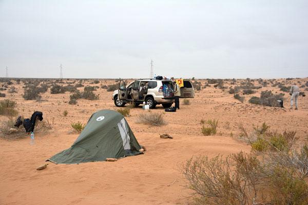 Bivouac dans le périmètre du Parc national de Naïla. C'est le matin, nous rangeons nos affaires. ©Michel AYMERICH