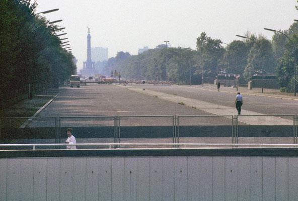 """Partie du """"mur"""" vue de l'Est, au niveau de la Porte de Brandebourg. Au loin, à Bernin-Ouest, la Siegessäule (« colonne de la victoire »).   © Michel Aymerich"""