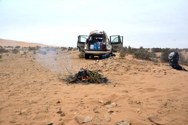 Avant de quitter les lieux, nous brûlons nos déchets! Parc national de Naïla ©Michel AYMERICH