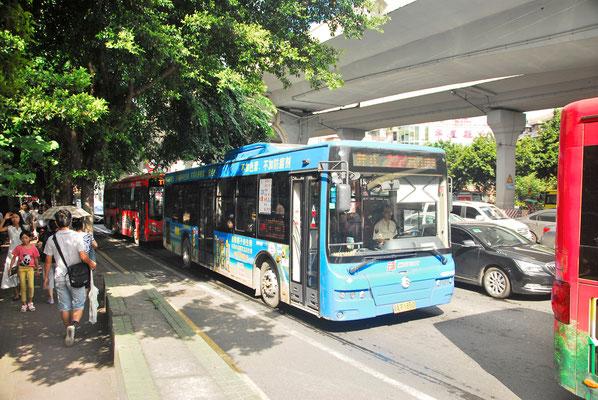 Les bus, nombreux, se suivent à Guangzhou  (GUANGDONG) . Le prix d'un ticket est de seulement 2 Yuans (25 centimes) ©Michel AYMERICH