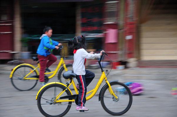 """""""Je suis la plus rapide, nanani, nanana!"""" Kunming (Yunnan), Chine 2017 ©AYMERICH Michel"""