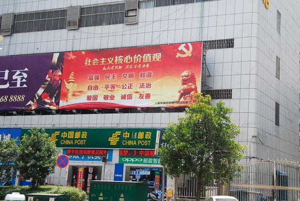 Si on trouve de nombreux panneaux publicitaires, il en est qui sont réservés à des messages politiques... ©Michel AYMERICH