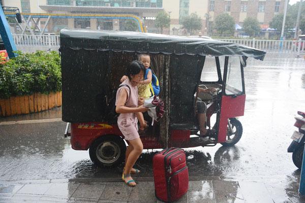 Liuzhou (région autonome Zhuang du Guangxi). Descente sous la pluie... ©Michel AYMERICH