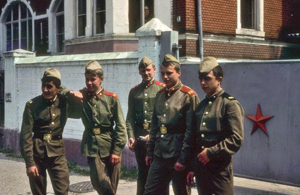 Soldats soviétiques devant l'entrée de leur caserne © Michel Aymerich