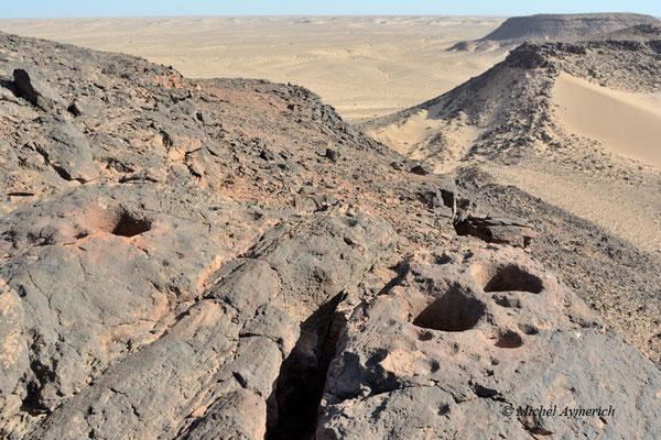 Sommet d'une colline avec ses mystérieux trous, creusés par l'Homme ou d'origine naturelle? © Michel Aymerich