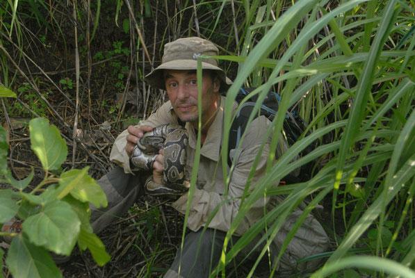 Avec un python royal que je viens de délivrer d'un piège à mâchoires... Haute Guinée 2012 @Michel AYMERICH