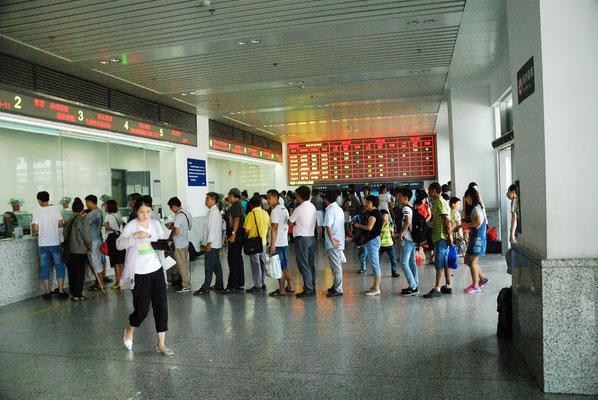 Autre file d'attente pour prendre un billet de train. Ici à Shangrao ( JIANGXI) ©Michel AYMERICH