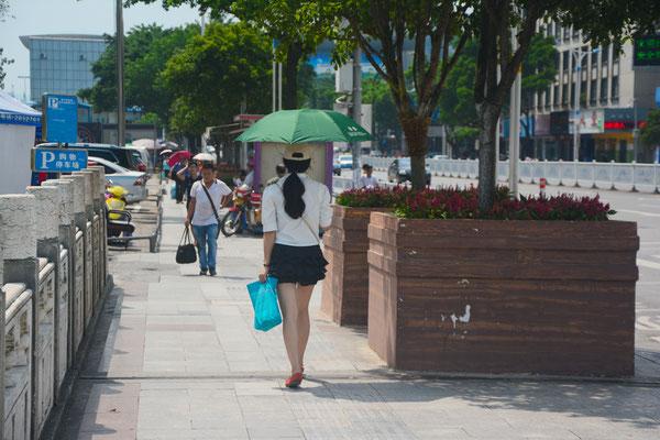 Jeune femme se protégeant du soleil à Liuzhou  (région autonome Zhuang du Guangxi) ©Michel AYMERICH