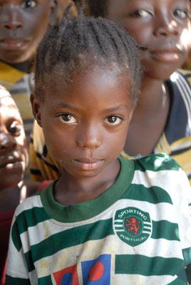 Petite fille dans un petit village sur la piste menant de Kerouané à Banankoro. Haute Guinée 2012 @Michel AYMERICH