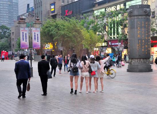 Des jeunes filles se promènent à Kunming (Yunnan), Chine 2017 ©AYMERICH Michel