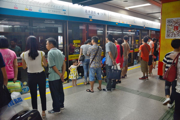 En attendant le métro à Guanzhou  (GUANGDONG): 12,7 millions d'habitants! ©Michel AYMERICH