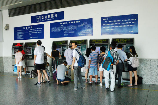 De plus en plus il est possible d'éviter les longues queues d'attente pour acheter un billet de train.  Ici à Shangrao ( JIANGXI) ©Michel AYMERICH