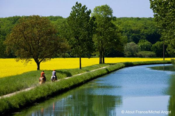 Reiter entlang des Kanals im Burgund