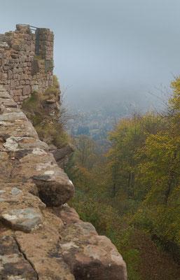 Seitenblick von der Wegelenburg in das Tal im Nebel