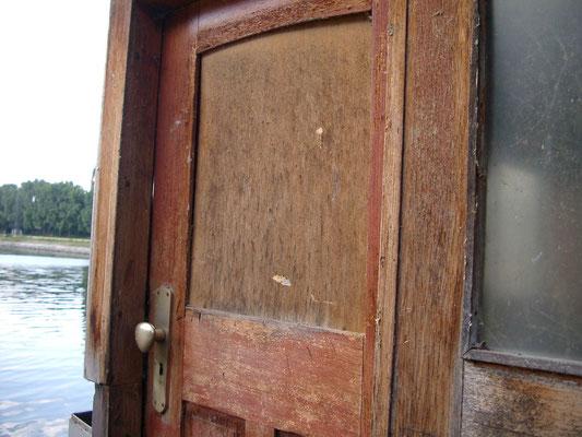 Steuerhaustüre auf der Steuerbordseite am 06.07.2004, nach der Übernahme von WILLI durch den Verein Historische Binnenschifffahrt