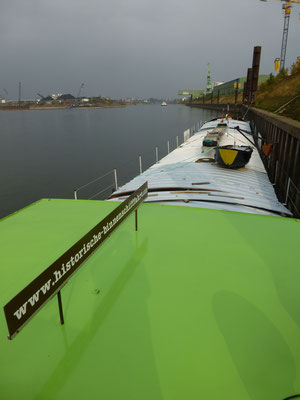 Liegeplatz im Hafenkanal Duisburg im Hintergrund die Schleuse Duisburg-Meiderich
