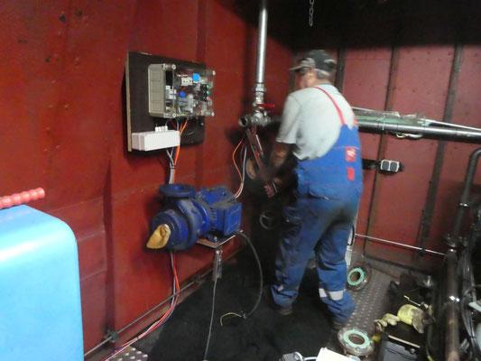 im Bugstrahlerraum wird eine neue Deckwaschpumpe installiert © Günther B.