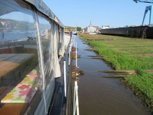 WILLI wird am 18.9.2020 mit 4 Hellingwagen aus dem Wasser gezogen © Uwe M.