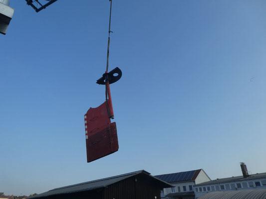 das ausgebaute Ruder wird mit dem Werftkran zur Schlossereihalle gebracht © Günther B.