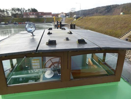 Steuerhausdach von 1961 mit Suchscheinwerfer und den Befestigungsteilen der Solarpanels