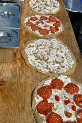 mobiler holzofen pizza selber backen im holzofen pizza aus dem holzofen pizza fuchs mobile. Black Bedroom Furniture Sets. Home Design Ideas