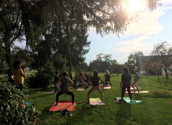 Yoga-Workshop im Garten