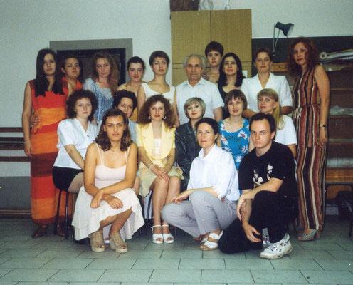 """1999. Мы в классе перед выпускной """"развеской"""". Я в первом ряду вторая справа. Как видите, учеба высосала из меня все соки. Да и у других лиц озабоченные - а вдруг комиссия завалит наши работы..."""