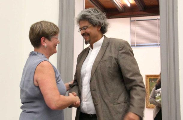 Brigitte Müller, die neue Präsident gratuliert Arjuna Adhihetty