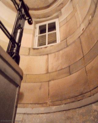 Tout en haut de cet escalier : la coupole de l'observatoire astronomique de Strasbourg