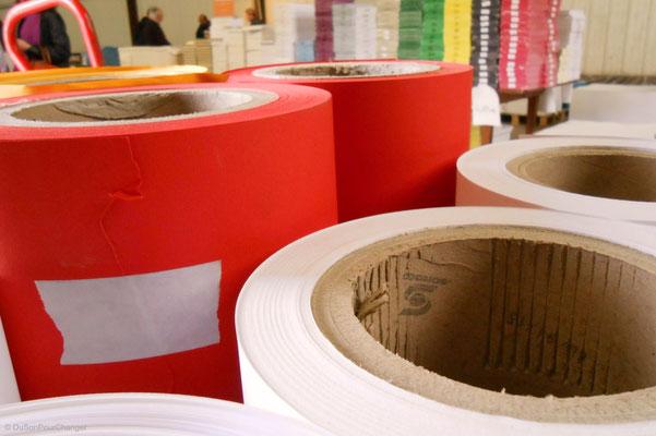 Entre bobines et ramettes de couleur, au magasin d'usine de la papeterie Lana, à la Robertsau (Strasbourg Nord)