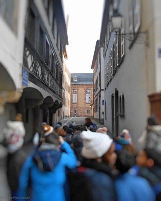 Des élèves, sous les encorbellements de la rue des cordiers (Strasbourg)