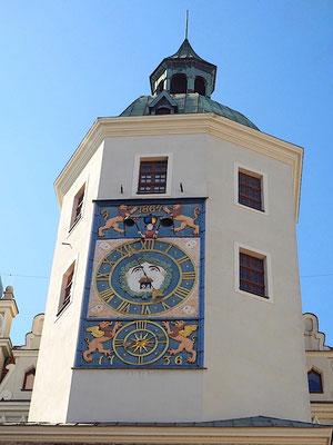 die schöne Turmuhr schlägt die Stunde im Innenhof