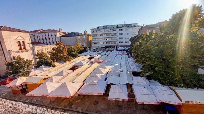 die Dächer der Markbuden von der Stadtmauer aus gesehen