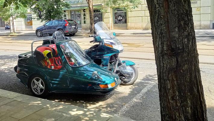 ein wunderschönes Motorrad mit 2 Kindersitzen im Seitenwagen