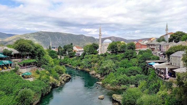 Blick von der Brücke an beiden Ufern ragen unzählige Restaurantterrassen über das Wasser