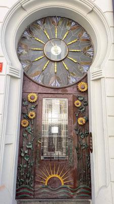 """""""schlichter"""" Eingang zu einem Wohnhaus"""