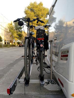der neue Träger ist kaum länger als der alte und ohne Fahrräder hochklappbar