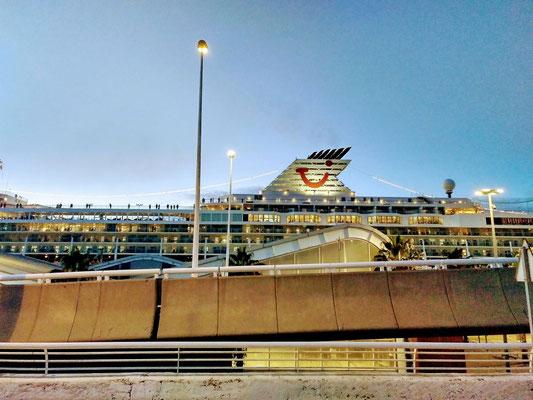 vom TUI-Kreuzfahrtschiff gucken sie auf uns herunter
