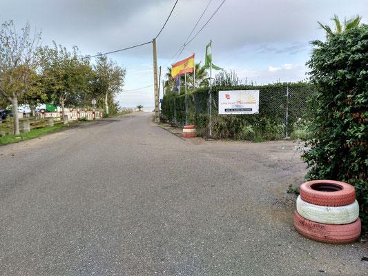 rechts der Eingang zum Stellplatz, gerade aus in 100 m das Meer mit Strandbar im Sommer