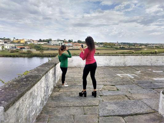 ... davor posierten und fotografierten diese jungen Mädchen